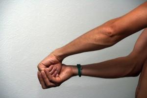 Position d'étirement avec aide de l'autre main
